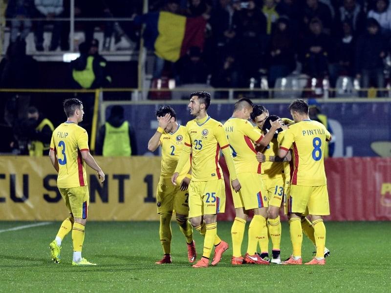 Bucurie a fotbalistilor romani dupa golul lui Nicusor Stanciu