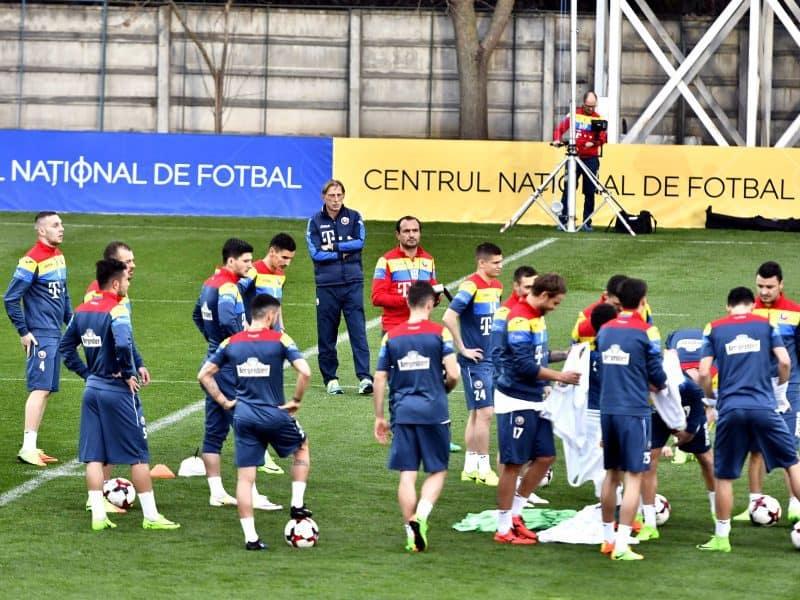 Christoph Daum alaturi de fotbalistii reprezentativei Romaniei ce se antreneaza in vederea meciului cu Danemarca din cadrul preliminariilor Campionatului Mondial 2018, luni 20 martie 2017 pe terenul Centrului National de Fotbal de la Mogosoaia.Razvan Pasarica/ SPORT PICTURES